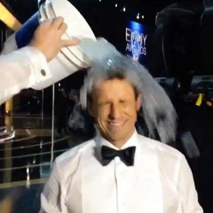 ¡Seth Meyers aceptó el Ice Bucket Challenge apenas terminaron los Emmy!