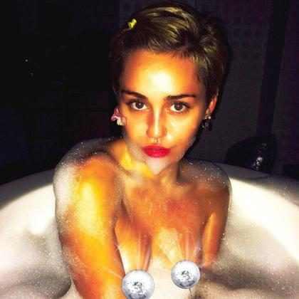 Miley Cyrus tira foto pelada em banheira