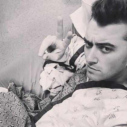 Sam Smith divulga foto no hospital antes de fazer cirurgia