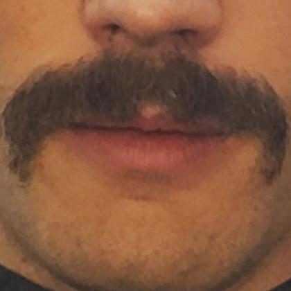 Jamie Dornan muda o visual e aparece de bigode