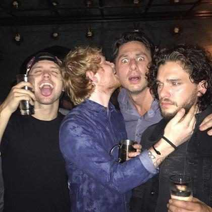 Ed Sheeran e Kit Harington se divertem em festa com Zach Braff