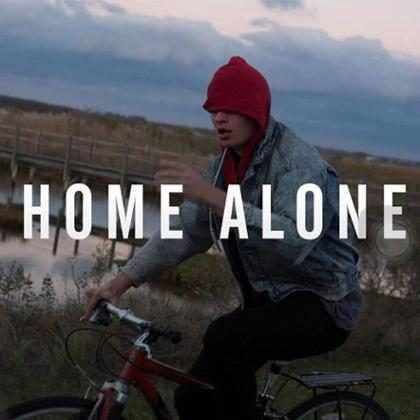Ansel Elgort apresenta sua primeira música Home Alone