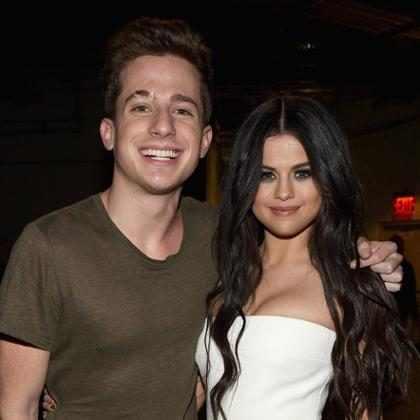 Charlie Puth fez referência à Selena Gomez no clipe de How Long?
