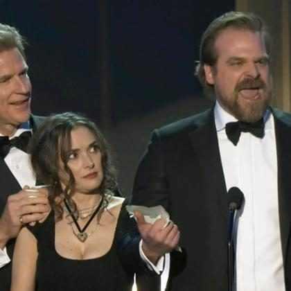 David Harbour é ovacionado por discurso e Winona Ryder rouba a cena no SAG Awards 2017