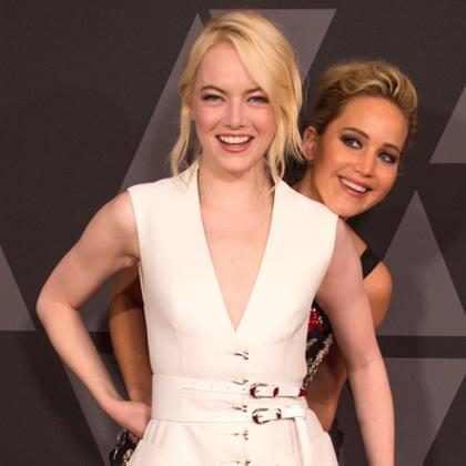 Jennifer Lawrence faz photobomb em Emma Stone durante tapete vermelho
