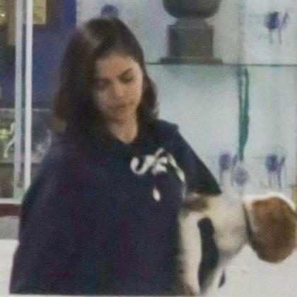 Selena Gomez assiste partida de hóquei de Justin Bieber em Los Angeles