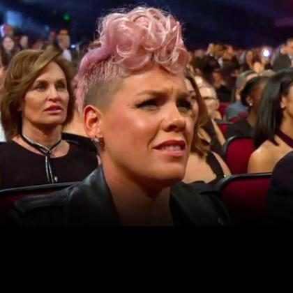 Pink nega que tenha feito cara feia para Christina Aguilera no American Music Awards 2017