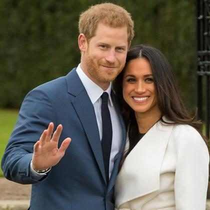 Meghan Markle e príncipe Harry posam para foto oficial do noivado