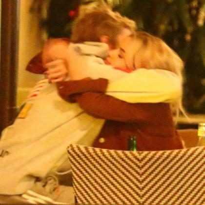 Selena Gomez e Justin Bieber trocam carinhos após visita à igreja