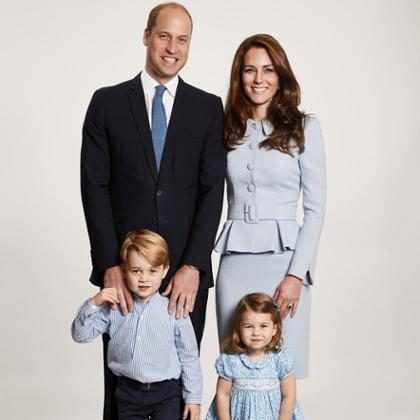 Príncipe William e Kate Middleton posam de azul com os filhos no cartão de Natal da família real
