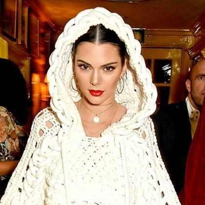 WTF! Kendall Jenner ahora sonríe con una llamativa dentadura de oro (+ Fotos)