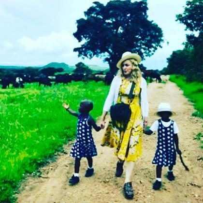 Madonna posta primeira foto com gêmeas que adotou no Malawi