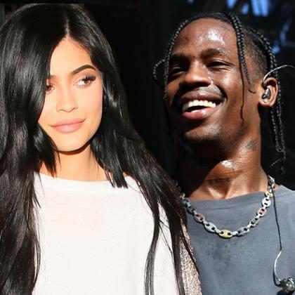 Kylie Jenner comemora aniversário indo ao cinema com Travis Scott