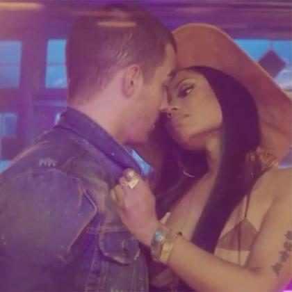 Joe Jonas y Nicki Minaj lanzan <i>Kissing Strangers </i>, luciendo muy pegaditos
