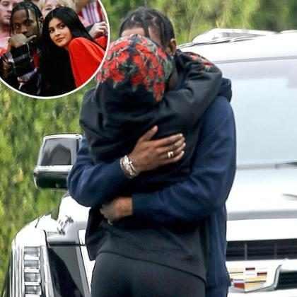 Kylie Jenner e Travis Scott são flagrados em clima de pegação