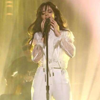 Camila Cabello canta Paradinha e Sua Cara em vídeo