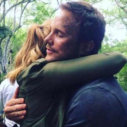 Chris Pratt e Bryce Dallas Howard se emocionam no fim das filmagens de Jurassic World