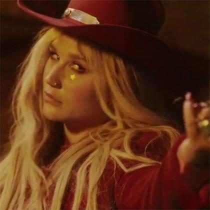 Kesha mostra que é uma mulher independente no clipe de Woman