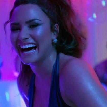 Demi Lovato faz festa animada com famosos no clipe de Sorry Not Sorry