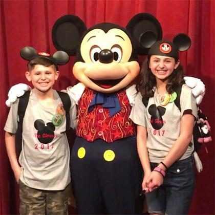 Mickey conta para crianças que elas serão adotadas em vídeo fofo