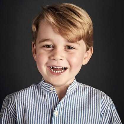 Príncipe George aparece todo sorridente em foto oficial de aniversário