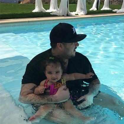 Rob Kardashian se diverte com a filha Dream no feriado de 4 de julho