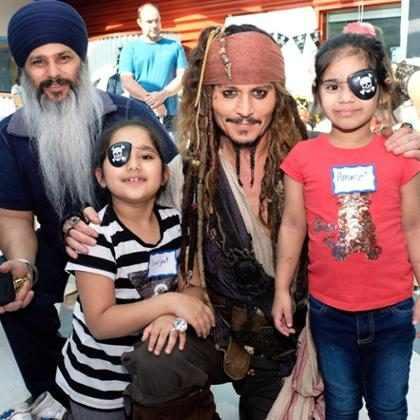 Johnny Depp se veste de Jack Sparrow e surpreende crianças no hospital