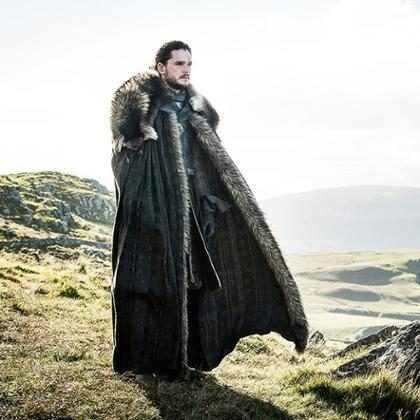 Jon Snow pretende ser un drag&oacute;n en este divertido tras c&aacute;maras de <em>Games of Thrones</em> &iexcl;M&iacute;ralo!