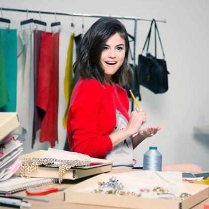 Selena Gomez lança coleção de bolsas para a Coach