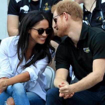 Meghan Markle y el Príncipe Harry hacen su primera aparición pública ¡Tomados de la mano!
