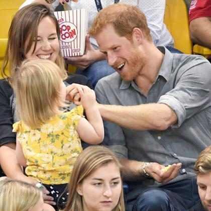 Príncipe Harry divide pipoca com garotinha durante jogo e conquista a internet