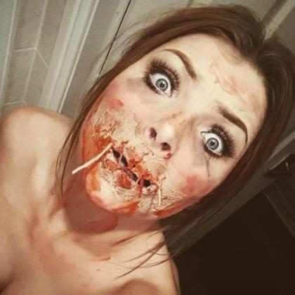 Garota assusta namorado com maquiagem de Halloween