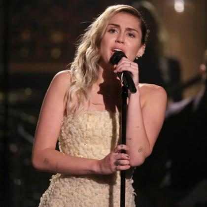 Miley Cyrus emociona ao cantar The Climb em prol das vítimas de Las Vegas