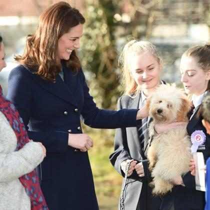 Kate Middleton brinca com cachorro em primeira aparição de 2018