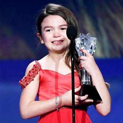 Brooklynn Prince, de 7 anos, se emociona ao levar troféu de Melhor Atriz Jovem no Critics' Choice Awards