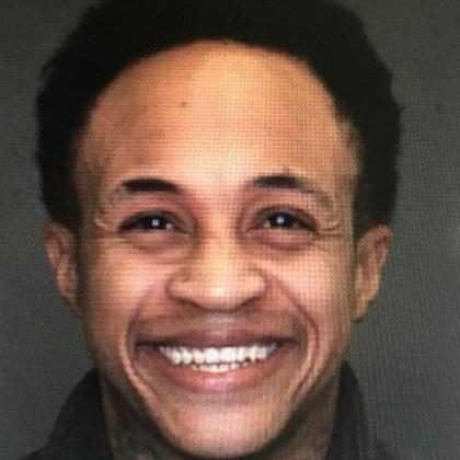 Orlando Brown, de As Visões da Raven, sorri em foto na cadeia