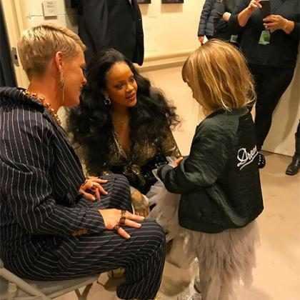 Willow Hart, filha de Pink, conhece Rihanna no Grammy Awards 2018