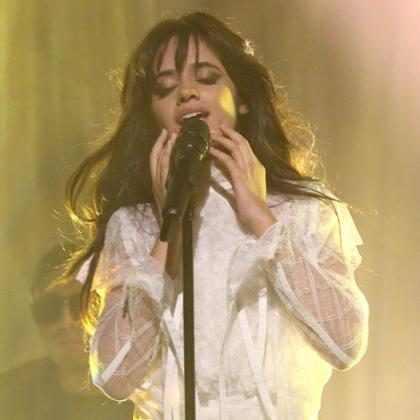 Camila Cabello dá conselho de superação ao cantar Scar Tissue em show