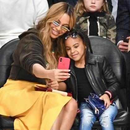 Beyoncé e Blue Ivy tiram selfie fofa durante jogo de basquete