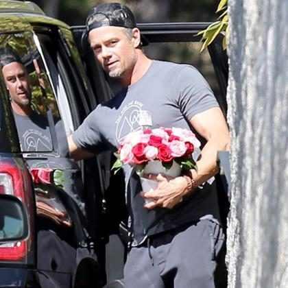 Josh Duhamel leva flores para Fergie após polêmica do Hino Nacional