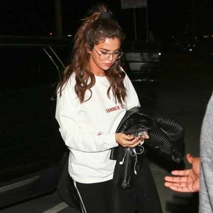Selena Gomez é vista entrando em estúdio musical nos Estados Unidos