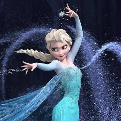 Homem vestido de Elsa ajuda a empurrar carro da polícia preso na neve