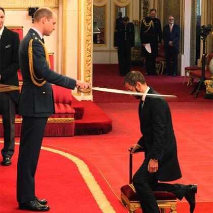 Ringo Starr é condecorado por Príncipe William como Cavaleiro do Império Britânico
