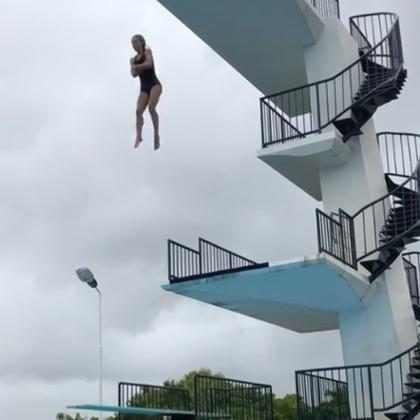 Elsa Pataky surpreende ao saltar de uma altura de 10 metros em piscina