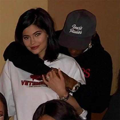 Kylie Jenner e Travis Scott trocam carinhos no aniversário da mãe de Jordyn Woods