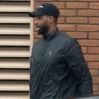 Tristan Thompson é visto deixando hospital após Khloé Kardashian dar à luz