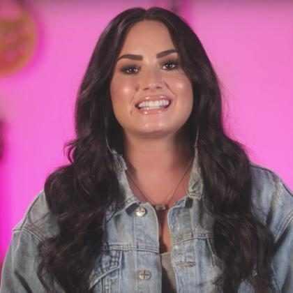 Demi Lovato faz surpresa para futuros músicos em vídeo emocionante
