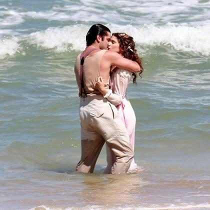 Isabella Santoni e Bruno Gissoni são vistos aos beijos no Rio de Janeiro