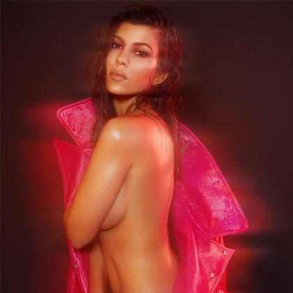 Kourtney Kardashian posa sem roupa para a nova edição da V Magazine
