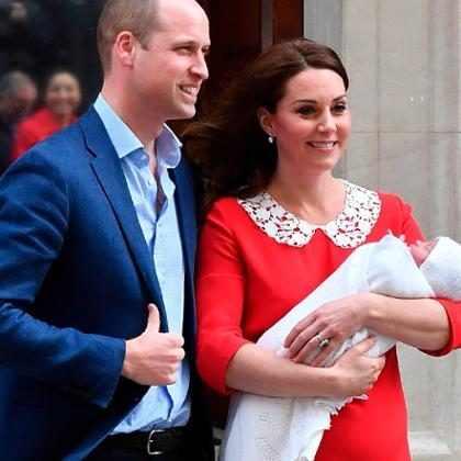 """Príncipe William dá pistas sobre nome do bebê e diz: """"Está se comportando"""""""